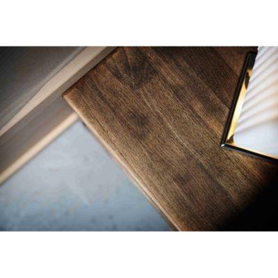 kresba bukového dřeva na nočním stolku v černém vosku