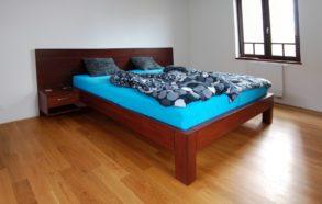 postel s velkým čelem z dubového dřeva 1