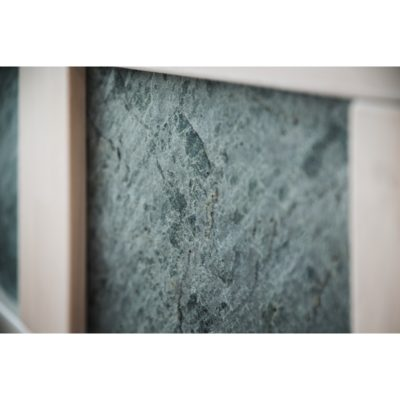 detail kamenné dýhy v čele postele