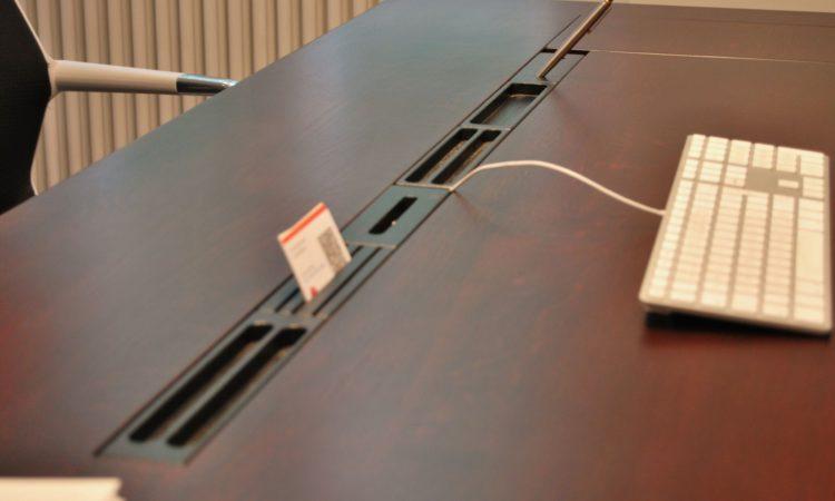 segmenty na pracovním stole pro variabilní uložení