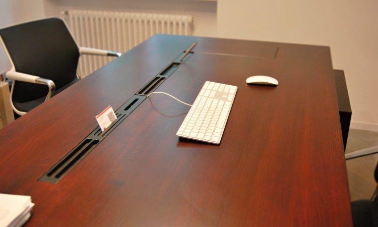 pracovní stůl z masivu a skryté prostory pro uložení kabelů