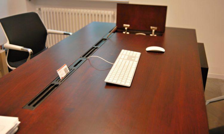 pracovní stůl z masivu a variabilní segmenty v drážce