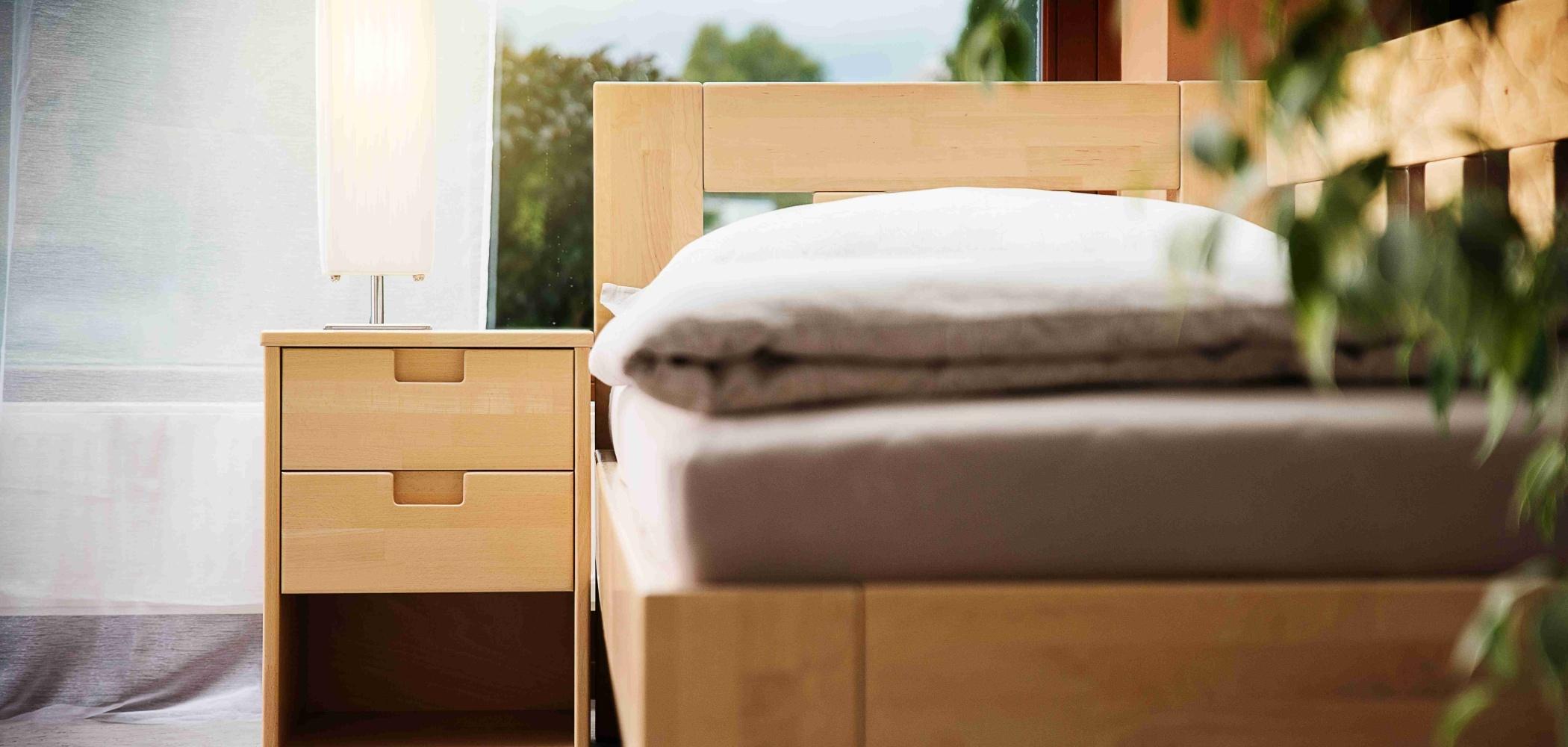 rohová postel se stolkem se zásuvkami