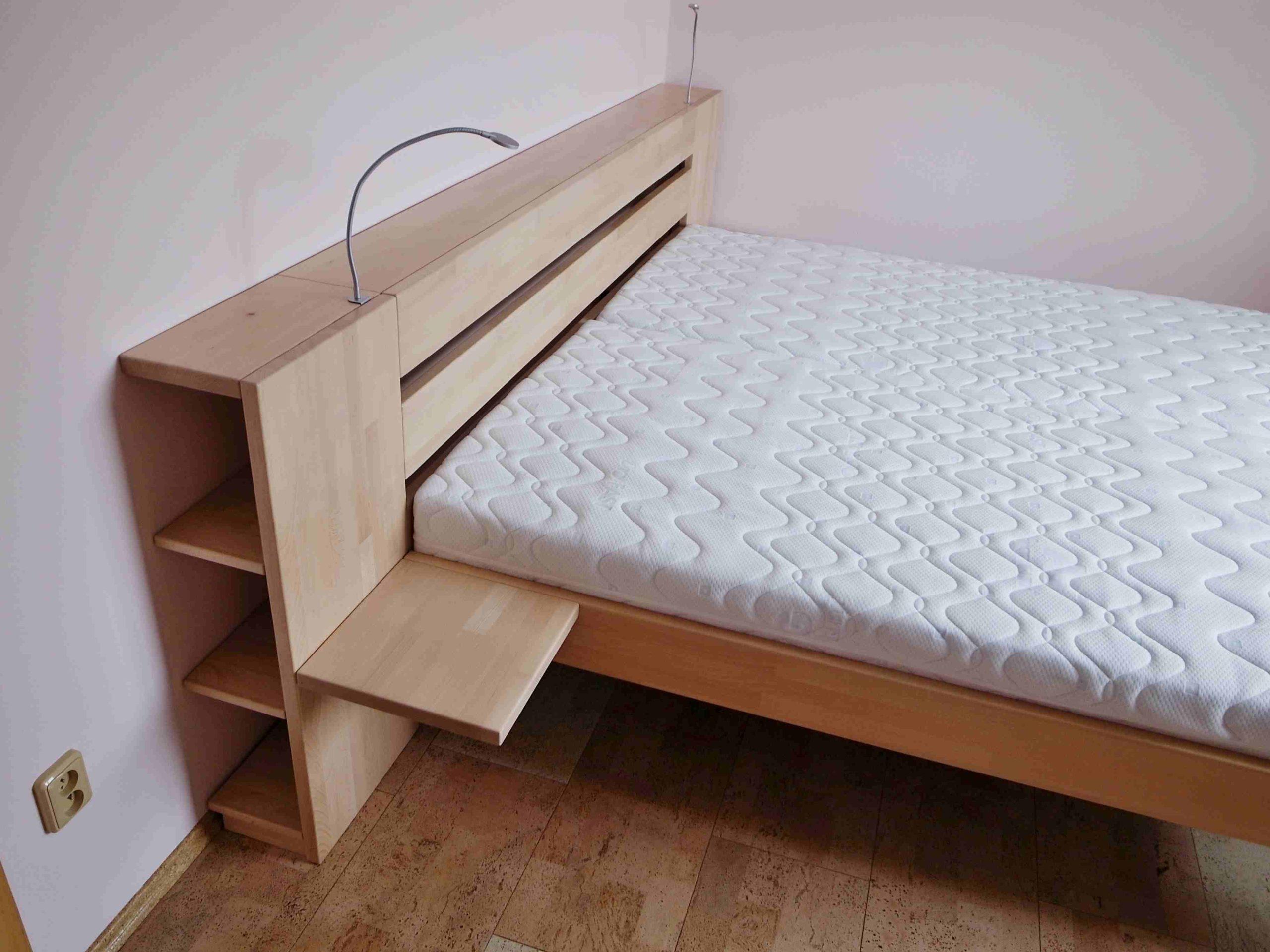 postel s čelem na zakázku s knihovničkou
