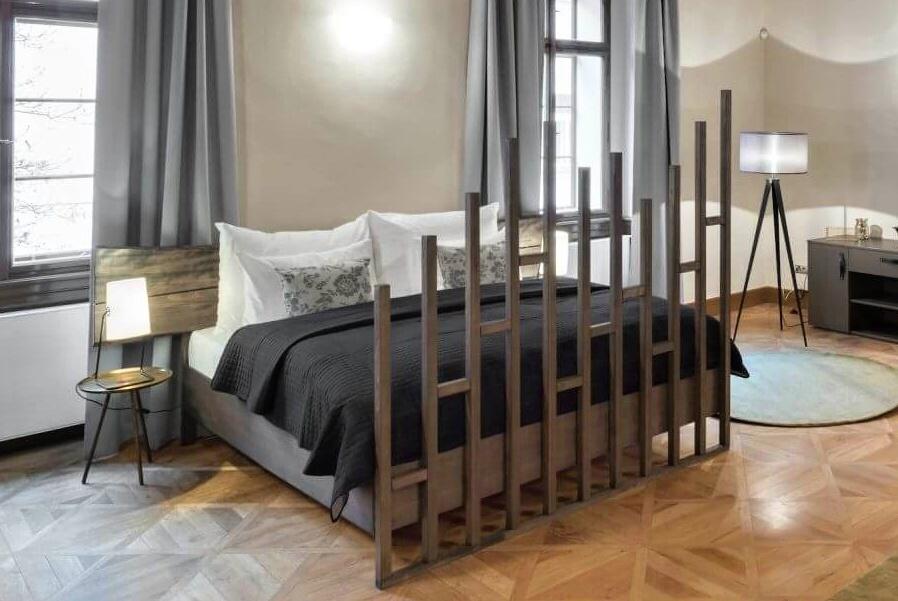 postel s čelem z fošen s treláží na zakázku