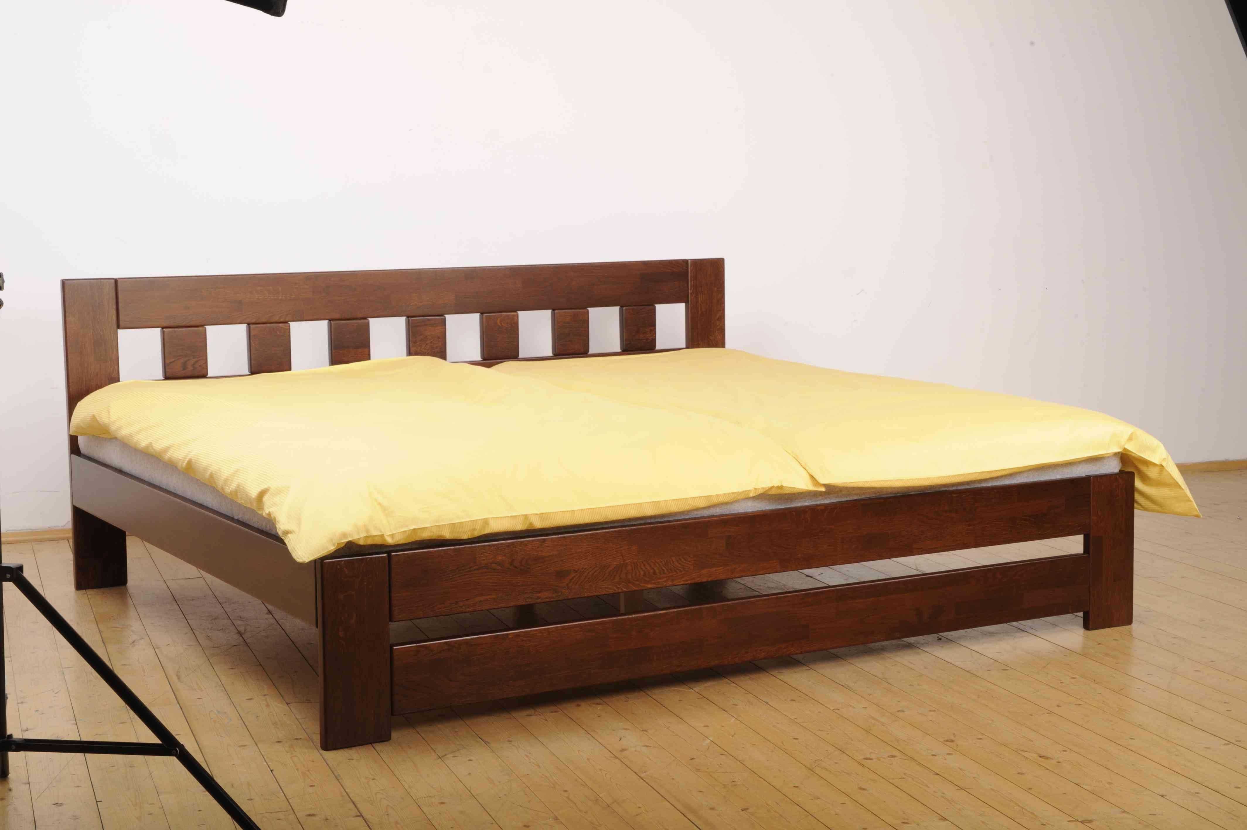 velmi široká postel