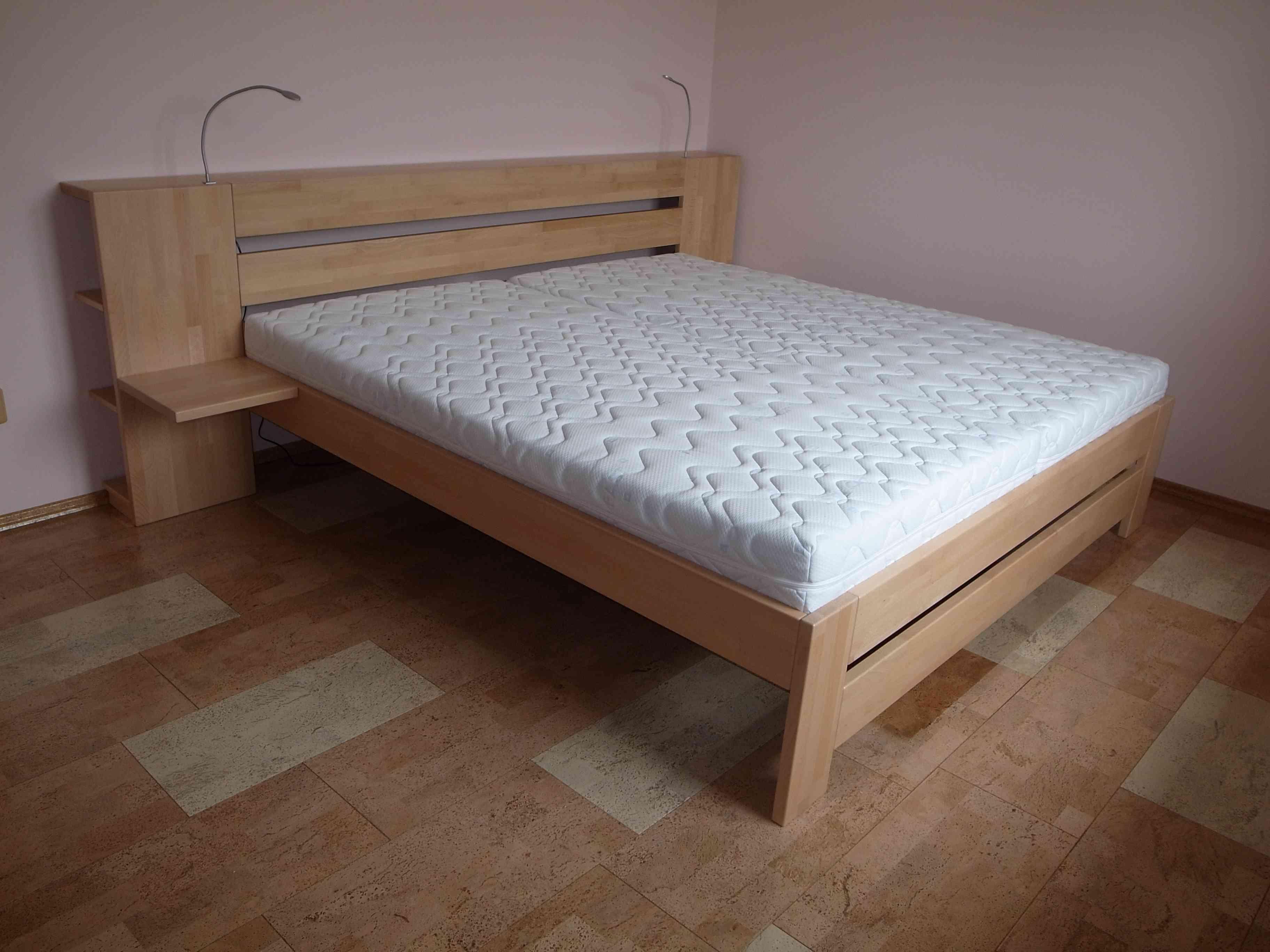 postel s čelem sloužící jako police a knihovna
