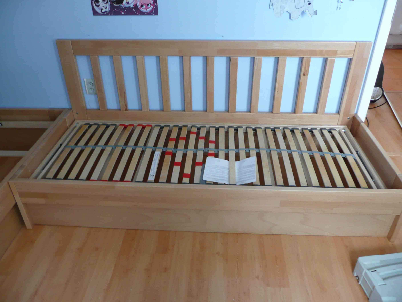 model postele s čelem nad bočnicí
