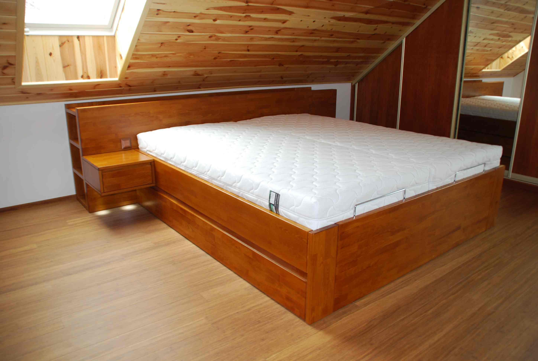 postel s knihovnou se zavěšenými stolky a úložnými prostory