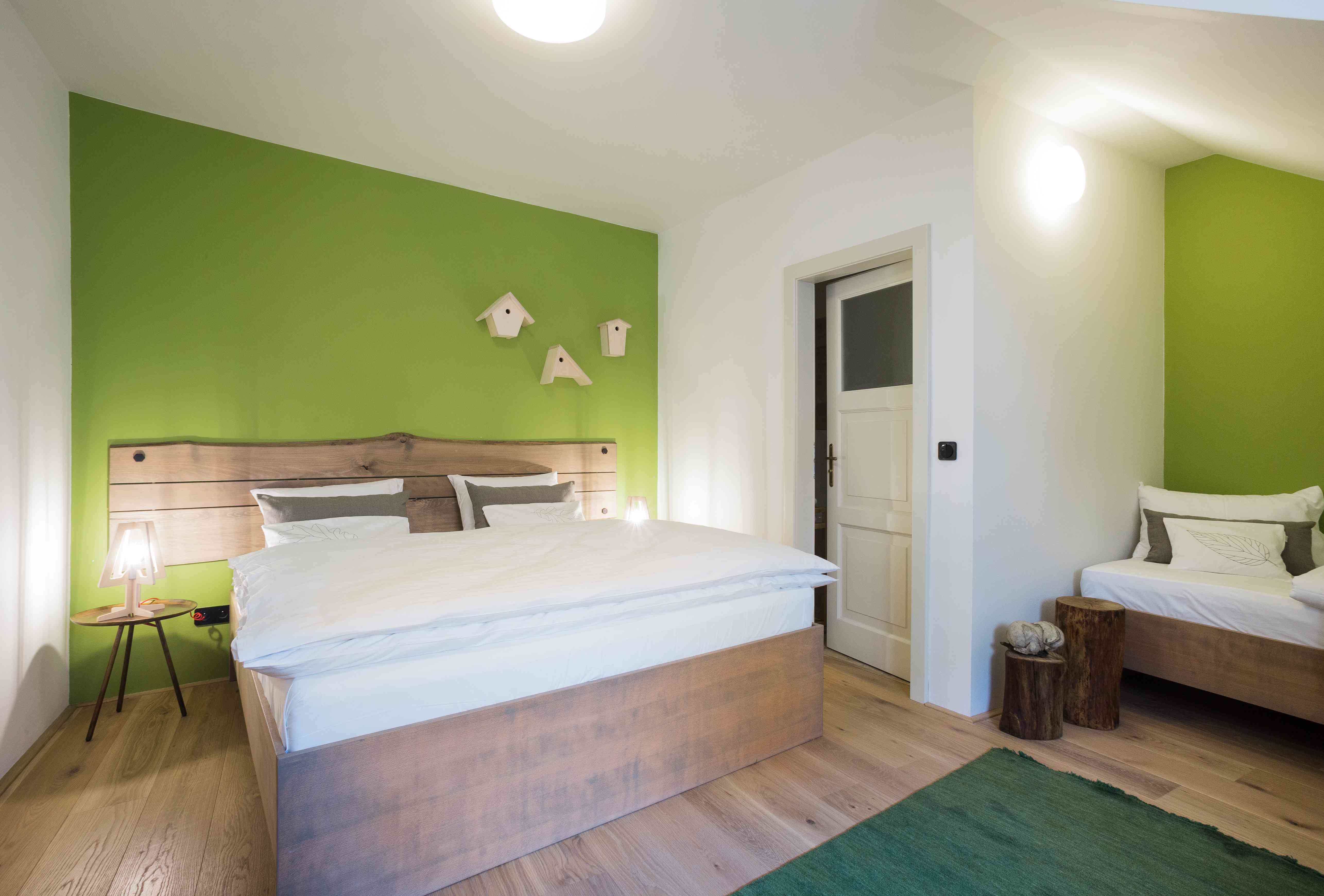 designová postel s čelem na zdi