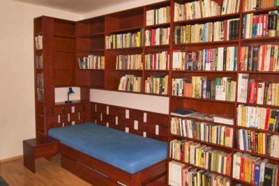knihovna na míru s rohovou postelí